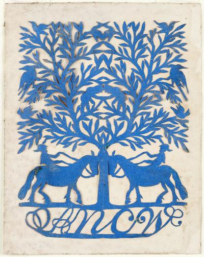 Het symmetrische, blauwe knipsel stelt een boom met ruiters voor. In de boom zitten mannetjes en vogels. Onderaan staan de letters 'ANCW'.