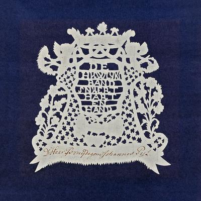Dit knipsel bevat de tekst: 'De huwlijksband snuert hart en hand'. Het is gesneden uit dun vloeipapier waar de naam van de bruidegom op is geschreven: 'De Heer Bruidegom Johannes Pijl'. Het knipsel vormde het kaartje met de plaatsaanduiding tijdens het huwelijksdiner. De versiering bestaat uit harten, twee handen en engelen die de huwelijkskring vasthouden. Het knipsel is tegelijk gesneden met het knipsel dat bedoeld was voor de bruid.