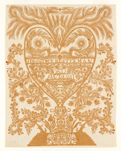 Op het huwelijksknipsel staat een hart op een voetstuk afgebeeld, dat wordt omgeven met bloem- en bladranken. In het hart is te lezen: 'I Drost - C E Hesterman / 1831 / A W Drost'.