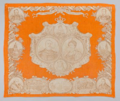 Deze oranjedoek uit Marken is gemaakt ter herinnering aan honderd jaar Nederlandse Onafhankelijkheid (1813-1913). Het doek heeft als hoofdthema de portretten van koningin Wilhelmina (1880-1962), prins Hendrik (1876-1934), koningin-moeder Emma (1858-1934) en prinses Juliana (1909-2004). Het Vredespaleis in Den Haag dat in 1913 officieel is geopend staat ook op deze doek afgebeeld.