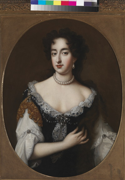 Portret van Mary II Stuart ten halve lijve, het gelaat trois-quart naar links, aanziend. De prinses is gekleed in een gedecolleteerd, strak donker lijfje met op de rechter schouder lichtbruine stof met bolletjesfranje, een wit batisten hemd met mouwen, tot de elleboog opgenomen, en met een kantstrook langs het decolleté. Zij draagt verder diamanten en edelstenen als juwelen, een parelsnoer om de hals en diamanten als afzetting van het decolleté, een peer-vormige parel als oorbel en op de rechter schouder een afhangende tros van rechthoekige en ovale diamanten. In 1685 stuurde de Engelse koning Jacobus II de portretschilder Willem Wissing (1656-1687) naar de Nederlanden om portretten te maken van zijn dochter Mary II Stuart en zijn schoonzoon Willem III, prins van Oranje. Deze werden onderdeel van een serie portretten, kniestukken, die Wissing van de Engelse koninklijke familie maakte en die thans nog in de Royal Collection wordt bewaard. Het portret van prinses Mary was bijzonder geslaagd. Het laat haar zien met haar kastanjebruine krullen en donkere ogen en met al de charme van de Stuartfamilie die haar eigen was. Een modieus detail is de brede strook Venetiaanse kant langs haar decolleté, een stevige naaldkant, die aan het einde van de zeventiende eeuw populair was. Het portret van prins Willem viel echter minder in de smaak. Bij de portretten die de Engelse hofschilder sir Peter Lely in 1677 ter gelegenheid van het huwelijk had gemaakt, was het net andersom. Daarvan gold het portret van Willem juist als goed gelijkend en sympathiek, maar beviel dat van Mary weer minder. Vandaar dat er na 1685 vaak voor gekozen werd Lely's portret van de prins te combineren met Wissings portret van de prinses. Prinses Mary bestelde bij Willem Wissing ook een reeks van zijn portretten van de Engelse koninklijke familie. Zijn schilderijen van haar vader Jacobus, haar moeder Anne Hyde, haar stiefmoeder Maria van Modena, haar zuster Anne en haar echtgenoot prins George van Denemarken 
