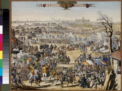 Historieprent met tweeregelig bovenschrift op guirlande, links in het Nederlands en rechts in het Engels, met daartussen een afbeelding van de voor- en keerzijde van een penning. Dankzij Romeyn de Hooghe (1645-1708) kunnen we ons een beeld vormen van de belangrijke gebeurtenissen die zich in het leven van koning-stadhouder Willem III hebben afgespeeld. Als een persfotograaf legde hij niet alleen de verschillende stadia van de Glorious Revolution vast, maar ook de aanloop ertoe. Maar laten wij ons niet vergissen: zoals alle kunstenaars zette ook Romeyn de Hooghe de werkelijkheid naar zijn hand. Hij vatte de gebeurtenissen samen in overvolle, barokke composities, waarvan de held, in dit geval Willem III, het middelpunt was. Zijn bladen dienden immers ook een propagandistisch doel. Dit is zeker het geval met deze prent, die de 'intreede' van Willem III in Londen tot onderwerp heeft. Op de los bijgevoegde verklaring kunnen we -in het Nederlands en in het Frans- lezen dat de plechtigheid zich afspeelde op 28 november 1688 des namiddags om twee uur. De prins had, na zijn landing in Torbay, eindelijk de hoofdstad bereikt. Iets buiten de stad werd hij welkom geheten door een indrukwekkend gezelschap, waar onder meer de burgemeester en de schepenen van Londen, de aartsbisschop van Canterbury, de bisschoppen van Londen en York, alsmede een aantal van de meest vooraanstaande Engelse edelen deel van uitmaakten. In het midden van de voorstelling zien we de prins met zijn gevolg en zijn bereden garde, die de eerbewijzen van een aantal Lords, gekleed in rode hermelijnen mantels, in ontvangst neemt. Overal worden saluutschoten afgevoerd en wordt er gezwaaid met vlaggen en vaandels. Op de achtergrond is een fraai uitgewerkt panorama van Londen te zien. Het tafereel maakt, ondanks de ernst van het ogenblik en het late jaargetijde, een warme en zinderende indruk. Dit is precies wat de kunstenaar beoogde. De ets is fraai met de hand ingekleurd en met goud gehoogd. Aangezien er andere e