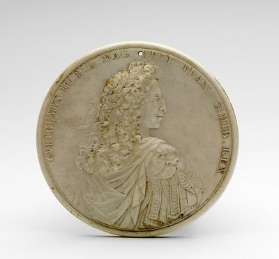 Op dit portret is Willem III en profil afgebeeld als Romeins veldheer met een lauwerkrans om het hoofd. Vergelijkbare portretten bevinden zich op penningen van Willem III, maar de beeltenis op dit medaillon is afwijkend omdat men de koning op de rug ziet en de kin minder prominent is. De plaatsing van de rechter schouder op de voorgrond suggereert beweging. Gezien het omschrift 'GVLIELMVS. III. D. G. MAG. BRIT. FRAN. & HIB. REX' dateert dit stuk van na 1689, het jaar van de kroning van Willem III en Mary II. De toeschrijving aan Jean Cavalier (1650/60-1698/99) is gebaseerd op door hem gesigneerde ivoren portretmedaillons van Willem III en Mary II in Berlijn. Constantijn Huygens jr. schrijft in maart 1690 dat Willem III in het 'Coningin's Closet' in Kensington poseert voor Kneller en Cavalier en dat 'Cavalier, een Fransman, die portretten in ivoir maeckte en voorlede dynsd[ag] de Con[ing] oock soo geconterfeit had.' Het Berlijnse medaillon van Mary II is 1690 gedateerd. De medaillons waren waarschijnlijk een geschenk van Willem III aan zijn neef Frederik III, keurvorst van Brandenburg, ter gelegenheid van het verlenen van de Orde van de Kousenband. De overhandiging van ordetekenen vond in 1691 plaats.