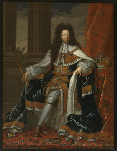 Portret van prins Willem III ten voeten uit met het gelaat trois-quart naar rechts, zittend op verhoging met perzisch kleed. Nadat prins Willem III, de bouwheer van Paleis Het Loo, en zijn vrouw Mary II Stuart in 1689 tot koning en koningin van Engeland waren gekroond, werden zij al snel in deze hoedanigheid geportretteerd. De taak om de staatsieportretten van het nieuwe koningspaar te maken viel toe aan de Engelse hofschilder sir Godfrey Kneller. De koning en zijn vrouw poseerden voor hem, zodat Kneller de gelijkenis direct naar het leven kon vastleggen. We kunnen er dus van uitgaan, dat zijn portretten een redelijk natuurgetrouwe weergave vormen van hoe zij er in die tijd hebben uitgezien. De staatsieportretten van Kneller, waarvan Paleis Het Loo ook een paar bezit, geven Willem en Mary in hun kroningsgewaden weer. Het zijn stijve en vormelijke schilderijen, maar omdat zij aan de eisen van een representatief koningsportret voldeden, zijn zij vaak gekopieerd en nagevolgd. Ook Jean Henri Brandon (ca. 1660-1714), een Hugenoot die in de Noordelijke Nederlanden zijn toevlucht had gezocht, nam de portretten van Kneller als uitgangspunt bij zijn versie van de staatsieportretten van Willem en Mary. Hij heeft de koning zittend weergegeven met de scepter in de hand, de kroon en rijksappel op een tafel naast hem. Hij draagt de donkerblauwe, met hermelijnbont gevoerde koningsmantel en de zware gouden keten van de Orde van de Kousenband. Zijn linkerbeen, gehuld in een witte zijden kous, steekt elegant naar voren. Perzische tapijten op de grond en op de tafel geven het interieur waarin de koning is geplaatst, een rijk aanzien. Links achter zijn twee zuilen aangebracht, traditioneel tekenen van kracht en onverzettelijkheid. In Willems geval was deze symboliek wel heel toepasselijk. Tot tweemaal toe had hij immers weten te verhinderen dat de Republiek door de ambitieuze Franse koning Lodewijk XIV onder de voet werd gelopen: eerst in het rampjaar 1672 en later nogmaals in 1688, to