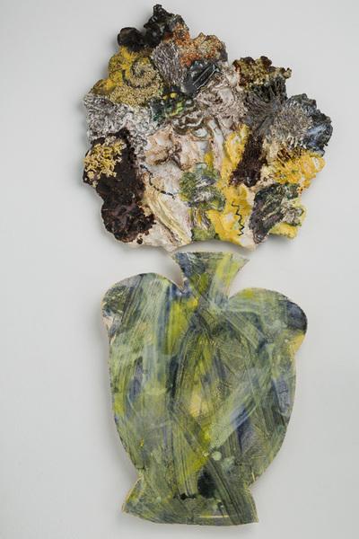 Tableau of tweedelige wandplaat van keramiek (grove chamotte), voorstellende een bloemstilleven, vervaardigd door de Arnhemse beeldend kunstenaar Hanni Stolker in 1999, tijdens haar vervlijf in het EKWC (Europees Keramische WerkCentrum) te 's-Hertogenbosch
