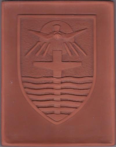 Bij het wapen hoort het opschirft: Vivat Deus Unus et Trinus in Cordibus Nostris. Dit is het wapen van de Congregation Missionalis Servarum Spiritus Sancti, de missiezusters. Vermoedelijk is de tegel gemaakt ten behoeve van het Missiehuis in Steyl.
