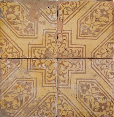 Deze tegels zijn afkomstig uit de Oude Kerk te Delft. Het decor is vergelijkbaar met de veelkleurige wandtegels die in de zestiende eeuw in Antwerpen werden beschilderd in de tinglazuur-techniek.