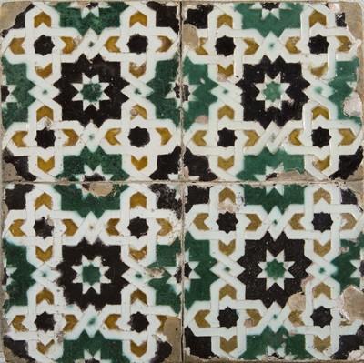 Deze Spaanse tegels is gevormd in een mal, waarbij de tekening aan de voorzijde gevormd wordt door opstaande randen om vermenging van de verschillende kleuren glazuur tegen te gaan. In Spanje spreekt men van 'azulejos de arista'. Arista-tegels werden vervaardigd in Sevilla en in Toledo, de bloeiperiode is in de 16de eeuw.