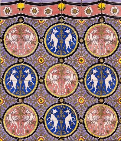 Tapijtschildering met een gotisch decor van om en om naar elkaar toegewende dieren en draken in een gevlochten cirkelband. Deze tegels zijn afkomstig uit de in 1862/1879 door Alfred Tepe gebouwde St.-Bonifatiuskerk te Nieuwe Pekela. De kerk is gesloopt in 1989. Hetzelfde tegeldecor, met het opschrift 'J. Schillemans, Utrecht, 1886' is gebruikt voor de O.L.Vrouwenkerk te Zwolle.