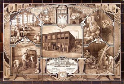 Bij het 25-jarig jubileum van de Arnhemsche Fayencefabriek zijn twee tegeltableaus gemaakt. Op dit tableau zien we behalve het fabrieksgebouw ook de verschillende werkzaamheden, zoals het vullen van de oven (linksonder) en de draaizaal (linksboven). Rechtsboven schilderde W.P. (Willem) Hartgring, zijn zelfportret als plateelschilder.