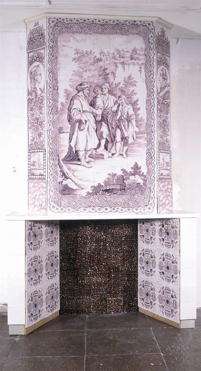 Bijzonder rijk gedecoreerde schouw, afkomstig uit een voormalige wagenmakerij in Koudekerk aan de Rijn. Het centrale paneel toont het Bijbelse verhaal van Jozef, die door zijn broers verkocht wordt. Het voorbeeld is een Venetiaanse prent naar ontwerp van de schilder Giuseppe Zocchi (1711-1767). Aan weerszijden zijn portretten van stadhouder prins Willem V en zijn echtgenote, prinses Wilhelmina van Pruisen. Het tableau zal gemaakt zijn in de Rotterdamse tegelfabriek De Bloempot, sinds 1788 in bezit van de familie Verwijk. De onderbouw van de schouw is een reconstructie.