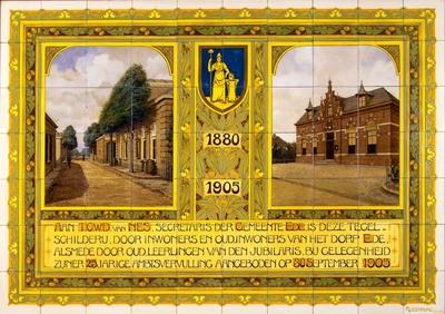 Dit tableau is, zoals uit het opschrift blijkt, in 1905 gemaakt ter gelegenheid van het 25-jarig jubileum van de heer T.C.W.D. van Nes, secretaris van de gemeente Ede. Het werd aangeboden door inwoners van Ede en oud-leerlingen. Op het tableau staan, behalve de opdrachttekst, het oude (links) en nieuw gebouwde (rechts) gemeentehuis van Ede. Dit laatste is in 1942 afgebrand; mogelijk ging het daarbij om een aanslag op het bevolkingsregister.