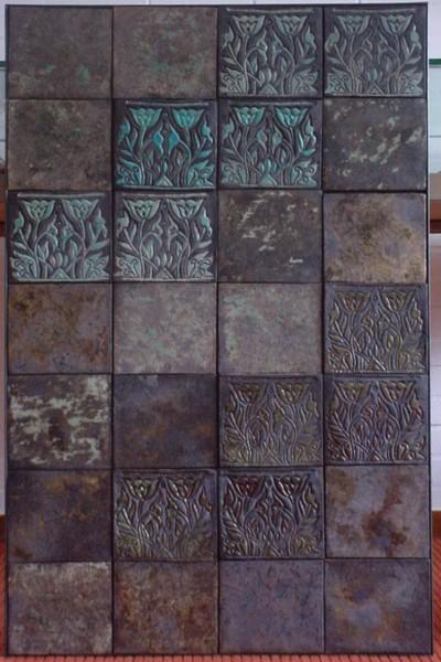 Angela de Jong had in het Nederlands Tegelmuseum een overzichtsexpositie in 2004, 'Vierkant Plezier. Tegeltableaus en keramische structuren'. Gegrepen door het spel van patronen ontwerpt zij in haar atelier 'Vierkant plezier'