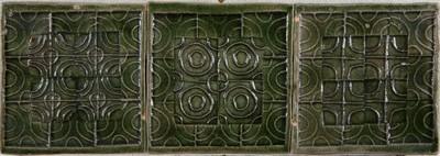 De keramist Van Loon is bekend om zijn veelzijdigheid, iemand die keramiek en textielkunst naast elkaar heeft beoefend. Er is dan ook een duidelijke verwantschap met de dessins voor gordijnstoffen die hij ontwierp voor weverij De Ploeg in Bergeyk