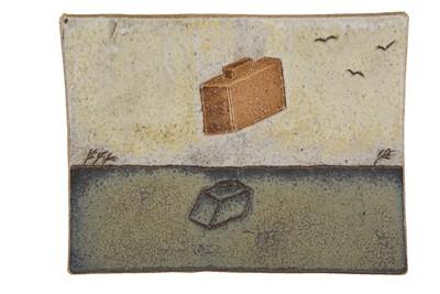 De tegelplaat is een schenking van het kunstenaarsechtpaar Jan de Rooden en Johnny Rolf uit hun atelier.