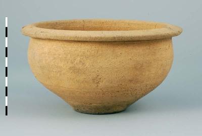 Kom van Nijmeegs-Holdeurns ruwwandig aardewerk uit de Romeinse tijd, gevonden in Nijmegen in 1995 bij de opgravingen in het westelijk deel van het kampdorp (canabae) bij de legerplaats (castra) . De kom (type Holwerda 66) heeft een stempel LXGPF, Legio Decima Gemina Pia Fidelis.