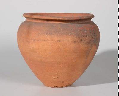 Kook- of voorraadpot van Nijmeegs-Holdeurns aardewerk uit de Romeinse tijd. Schuin naar buiten uitstaande, van boven afgeplatte rand. Holwerda type 62c. De pot is gevonden in Nijmegen.