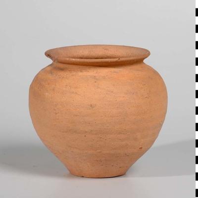 Kook- of voorraadpot van ruwwandig Nijmeegs-Holdeurns aardewerk uit de Romeinse tijd. Zeer lage opstaande hals en vrij sterk schuin naar buitenstaande eenvoudige rand. Holwerda type 62b. De pot is gevonden ten oosten van de RK-begraafplaats aan de Daalseweg in Nijmegen.