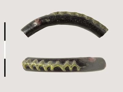Fragment van armband van glas uit de late ijzertijd.