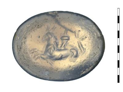 Gem, van natuursteen (chalcedoon), uit de Romeinse periode. Afgebeeld is een capricornus die een cornucopia op zijn rug draagt. Het dier heeft de kop van een geit en een lang lijf dat uitloopt in een vissenstaart.