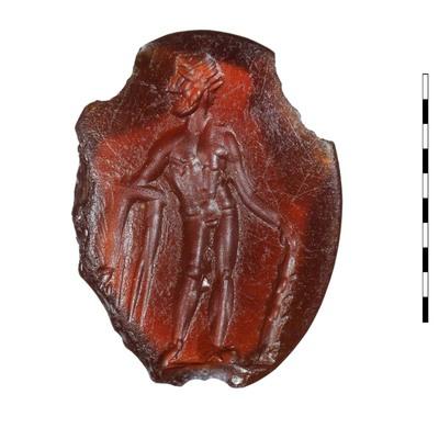 Gem, van gesneden steen (karneool), uit de Romeinse periode (Augusteïsch). Afgebeeld is een staande Hercules. De held is naakt en heeft in zijn linkerhand zijn knots vast, zijn leeuwenhuid is gedrapeerd over zijn rechterarm. Frontaal afgebeeld met het hoofd naar rechts gedraaid.