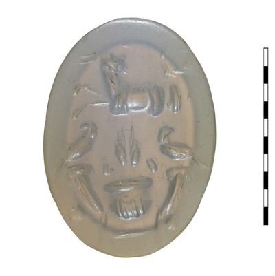 Gem, van gesneden natuursteen (chalcedoon), uit de Romeinse periode (Augusteïsch). Afgebeeld is een crater met daarin twee korenaren en twwe papaverbollen, geflankeerd door cornucopiae. Daarboven een capricornus.