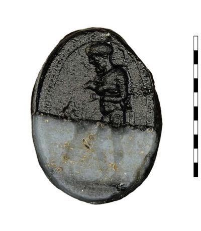 Gem, gesneden imitatie van agaat, uit de Romeins-Republikeinse periode (Etruskisch-Italische stijl). Afgebeeld is een man kijkend naar links en naakt met een chlamys over zijn schouder. Hij draagt een lam op zijn linkerarm, terwijl hij in zijn rechterhand een lagobolon (herderstaf) heeft. Een grote hond, staande op zijn achterpoten, leunt tegen de man aan. Er is een grondlijn zichtbaar. Te identificeren als herder, Dompierre en van Buchem noemen hem Odysseus, die herkend wordt door zijn hond.