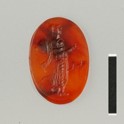 Gem van halfedelsteen (karneool) uit de Romeinse tijd. Afbeelding van de gehelmde godin Minerva en een slang. Minerva draagt in haar rechter hand een schild en in de andere hand een speer.
