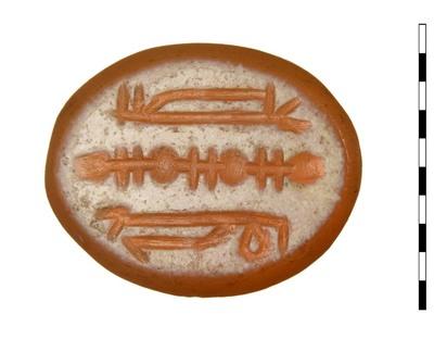 Gem van gesneden natuursteen (karneool). Datering onbekend. Afgebeeld zijn symbolen. Dompierre spreekt over lijnenornament.