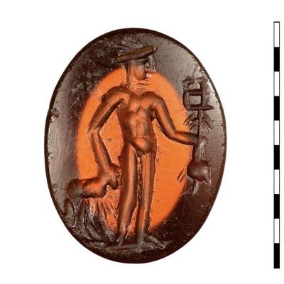 Gem van gesneden natuursteen (karneool) uit de Romeinse periode. Afgebeeld is een staande Mercurius, driekwart frontaal, naar rechts gericht. Hij is naakt met de vleugelhoed op. In zijn linkerhand draagt hij de caduceus en zijn marsupium. Aan zijn voeten staat een ram die hij bij de hoorns vastheeft. Er is een grondlijn zichtbaar.