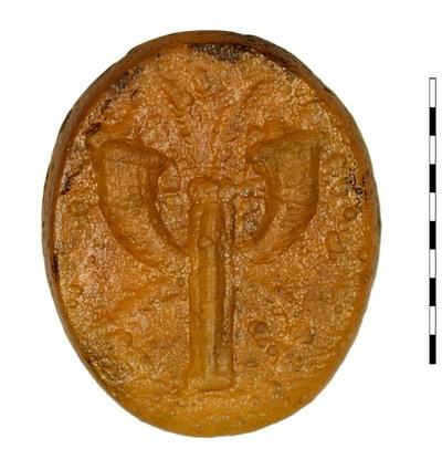 Gem, gesneden imitatie van karneool, uit de Romeinse Republikeinse periode. Frontaal afgebeeld is een palmboom, geflankeerd door twee gespiegelde hoorns des overvloeds die uitmonden in een geitenkop. Tamelijk veel voorkomend motief.