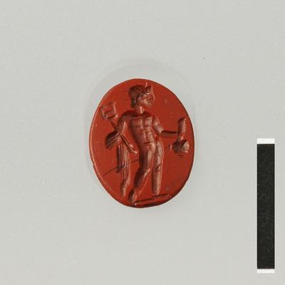 Gem van halfedelsteen (jaspis) uit de Romeinse tijd met afbeelding van de god Mercurius. Mercurius is naakt, houdt in zijn rechterhand een geldbuidel en in de andere hand een slangenstaf (caduceus).