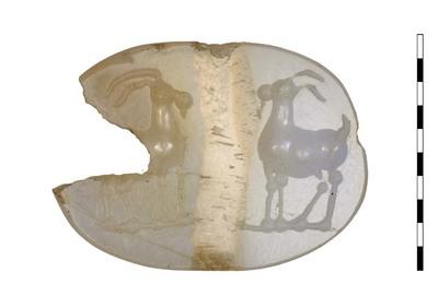 Gem, een gesneden steen van chalcedoon uit de Romeinse Republikeinse periode. De steen die bedoeld is voor een zegelring, heeft een afbeelding van twee geiten die naar elkaar gewend staan. Ze hebben gepunte hoorns en plompe lichamen. Onder elke geit is een grondlijn aangebracht.