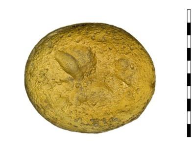 Gem van gesneden glas als imitatie van natuursteen (sarder) uit de Romeinse periode. Afgebeeld is een hoofd, niet te identificeren; te denken valt aan Psyche. Figuur is naar links gericht.
