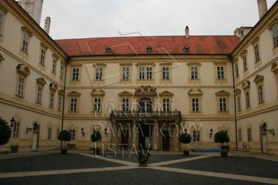Valtice, okres Břeclav, zámek, nádvoří - západní průčelí, celkový pohled