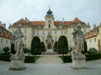 Valtice, okres Břeclav, zámek, hlavní východní průčelí zámku s parkově upraveným prostorem čestného nádvoříí a v popředí se dvěm...