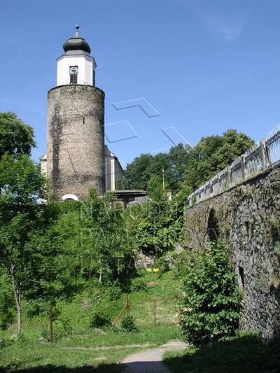 Žulová, kostel sv. Josefa s bývalou hradní věží. Pohled od JZ. Vpravo kamenný most.