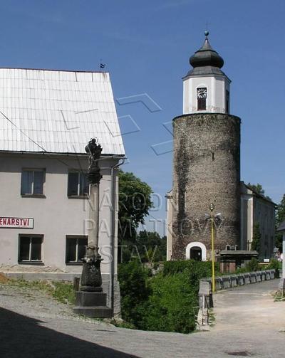 Žulová, sloup se sochou Panny Marie Immaculaty. Pohled od J. Vpravo v pozadí kostel sv. Josefa a most.