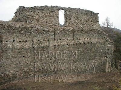 Plešnice, okres Plzeň - sever, zřícenina hradu Buben, zeď nádvoří, pohled od Z.