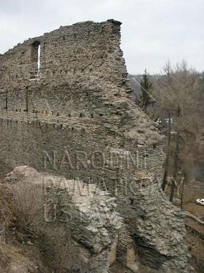 Plešnice, okres Plzeň - sever, zřícenina hradu Buben, zeď nádvoří a prostor brány, pohled od J.