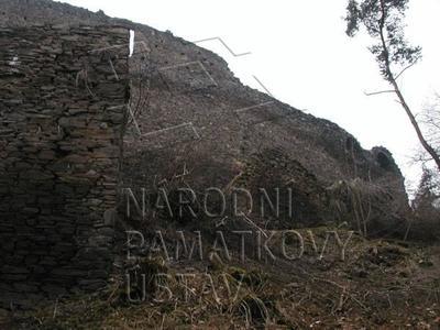 Plešnice, okres Plzeň - sever, zřícenina hradu Buben, část parkánu a hlavní hradba, pohled od V.