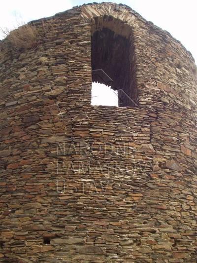 Rabštejn nad Střelou, okres Plzeň - sever, městské opevnění, zřícenina hrádku Sychrov, věž, pohled od SZ.