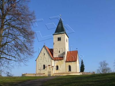 Chvojen, kostel sv. Jakuba - celkový pohled od příjezdové komunikace.