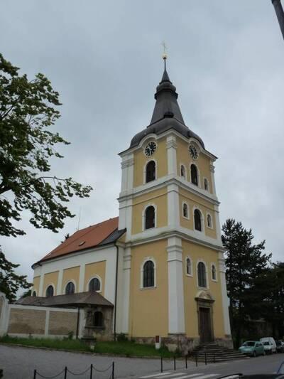 Jičín, ul. Ruská - hřbitovní kostel Panny Marie de Salle (celkový pohled od SZ na vstupní průčelí s věží a hřbitovní zdí