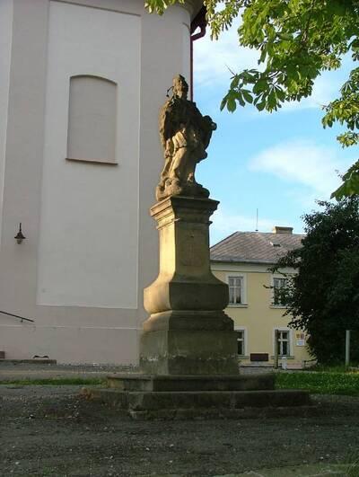 Roštín, socha sv. Jana Nepomuckého u kostela v obci,  pohled z J