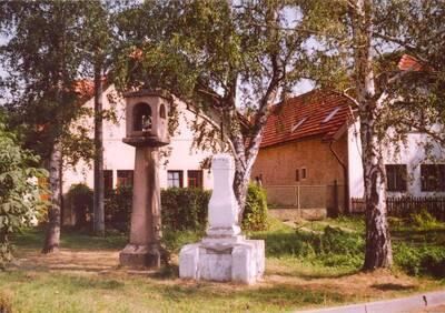 Křenice, soubor zvoničky a kříže, celkový pohled