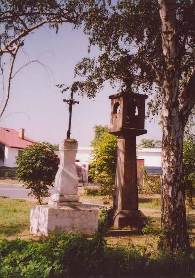 Křenice, soubor zvoničky a kříže, žulová sloupová zvonička