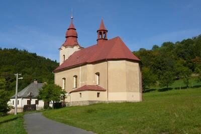 Rusava, katolický kostel Povýšení sv. Kříže, pohled na kostel od V