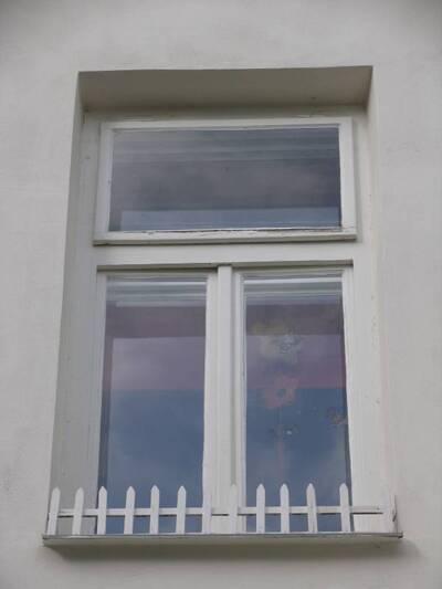 Bílovec č.p. 13, Slezské náměstí 38, městský dům č.p. 13. Pohled od V, zadní strana, dřevěné okno 2. NP.