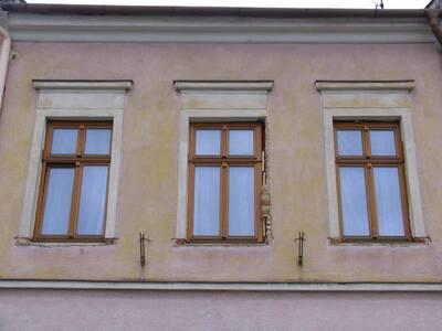 Bílovec č.p. 17, Slezské náměstí 35, městský dům č.p. 17. Pohled od Z, okna 2. NP.
